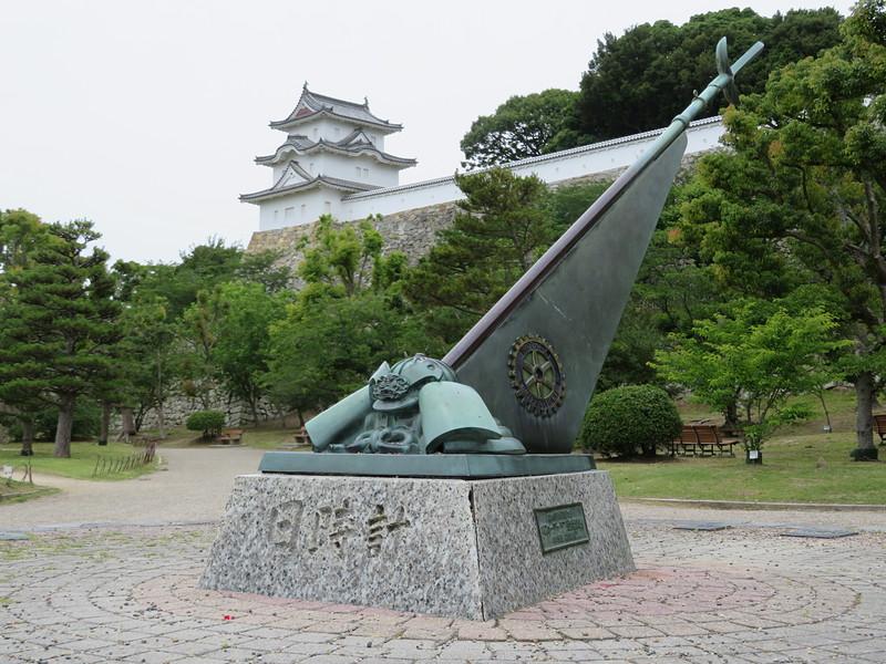 日時計と坤櫓(三の丸広場より)