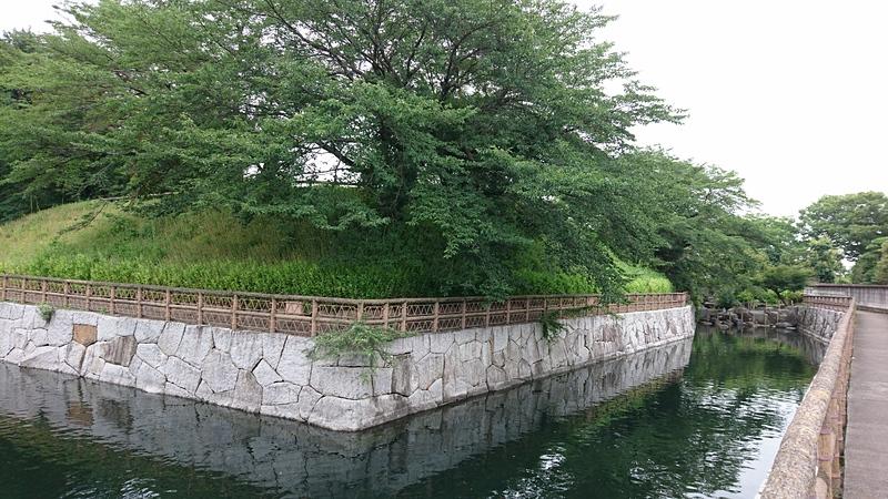 橋の右側の水堀