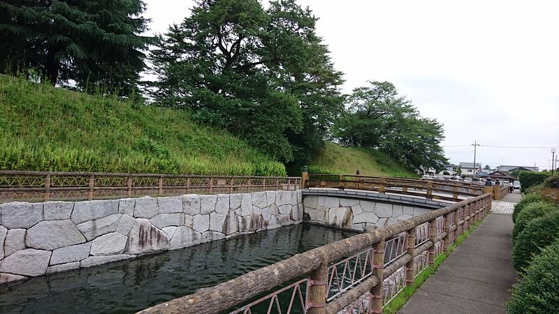 橋の左側の水堀