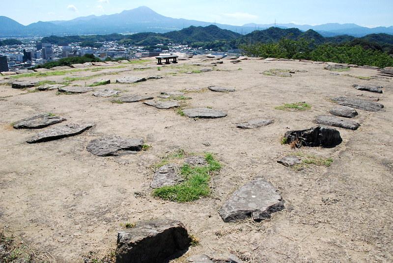 城山頂上に残る天守などの礎石