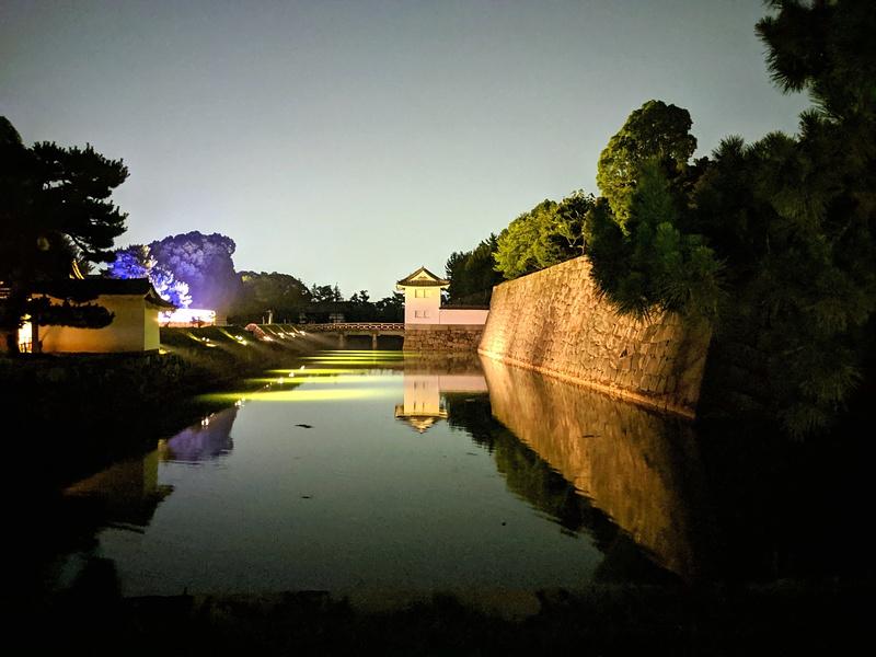 夜の内堀と本丸櫓門