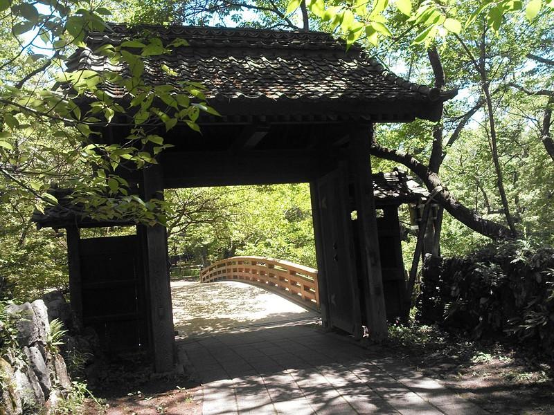 城内から望む問屋門と桜雲橋