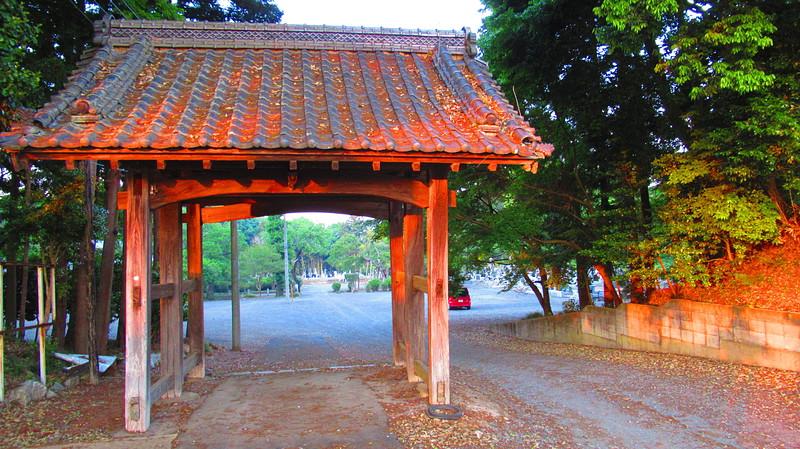 夕陽を浴びた門