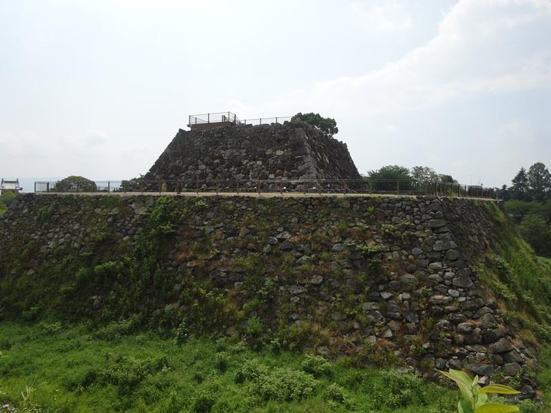 北西方向から眺める天守台の石垣