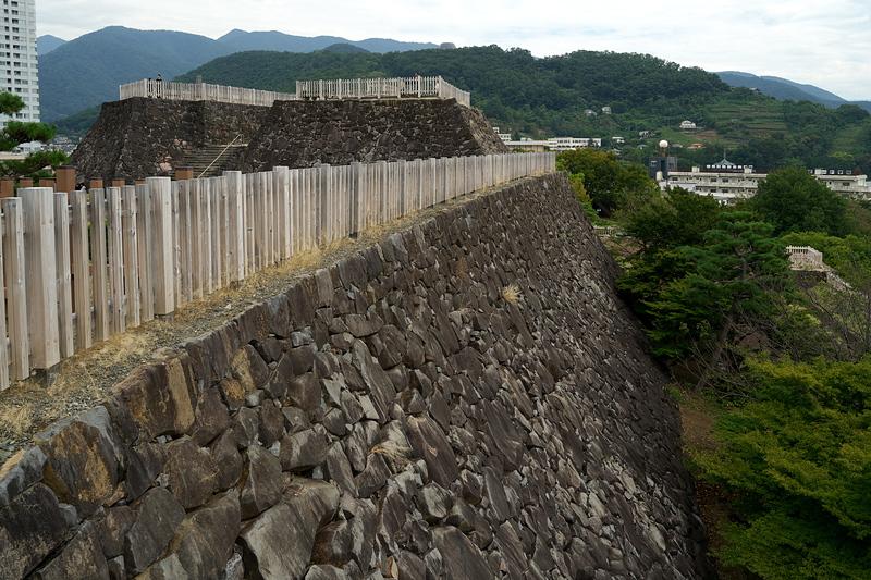 鉄門脇から本丸石垣と天守台を望む