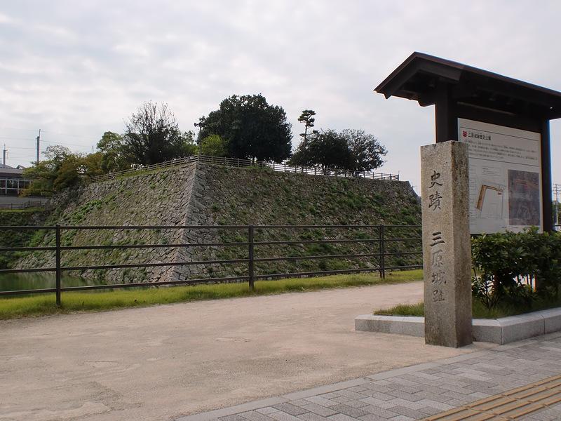 天守台と石碑