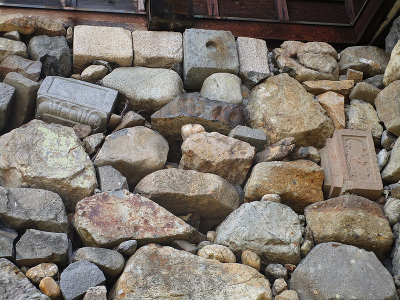 墓石が使われている石垣