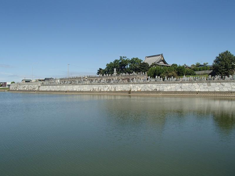 池の側から見た称念寺