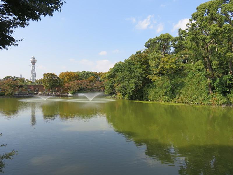 河底池に映る通天閣と茶臼山