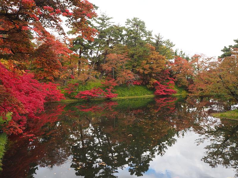 丑寅櫓付近の水堀と紅葉
