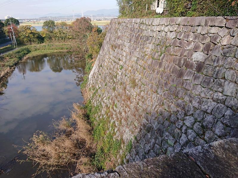太鼓櫓跡からの本丸石垣と水堀