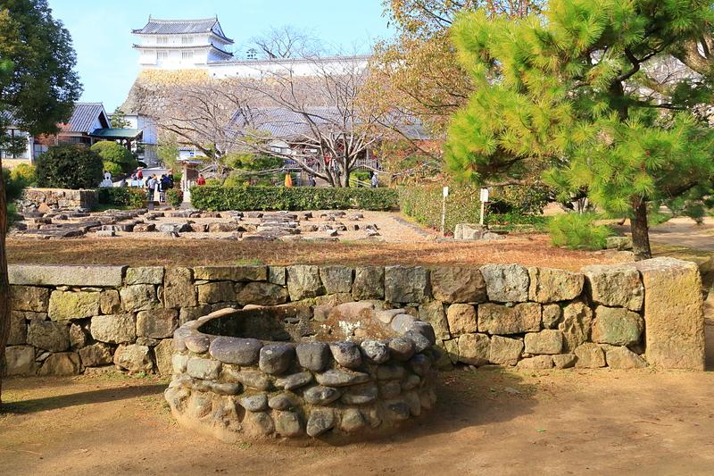 三の丸北部に残る井戸と、西の丸「カの櫓」