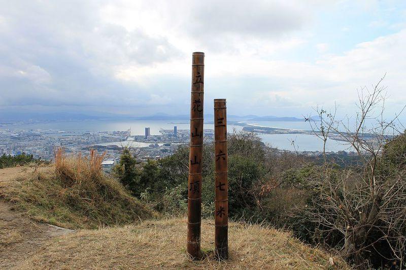 立花山山頂から博多湾を望む