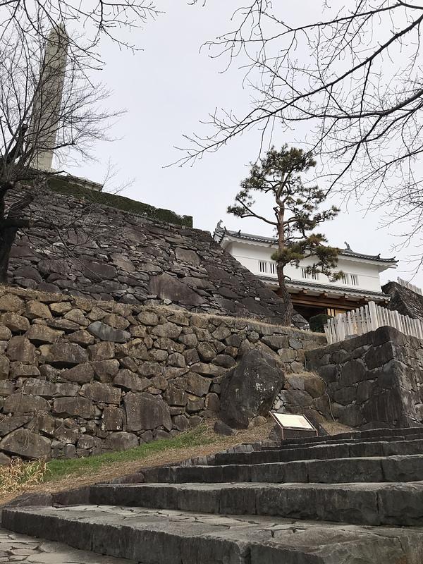 鉄門へ向かう石段