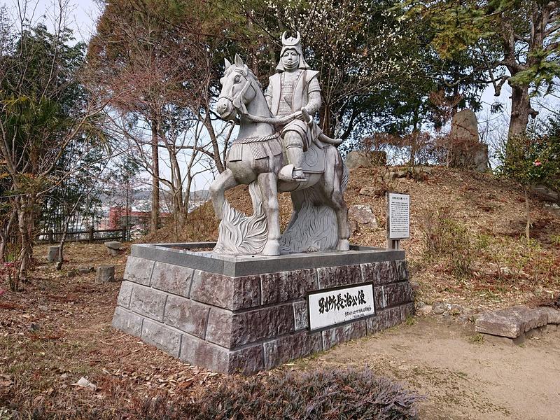 本丸跡に建つ別所長治公の石像[三木城]