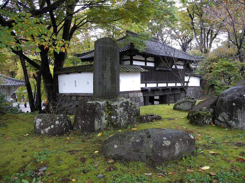 徳川秀忠憩石(三の門横)