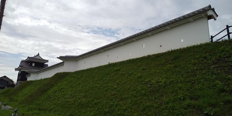 復元された二の丸丑寅櫓・土塀