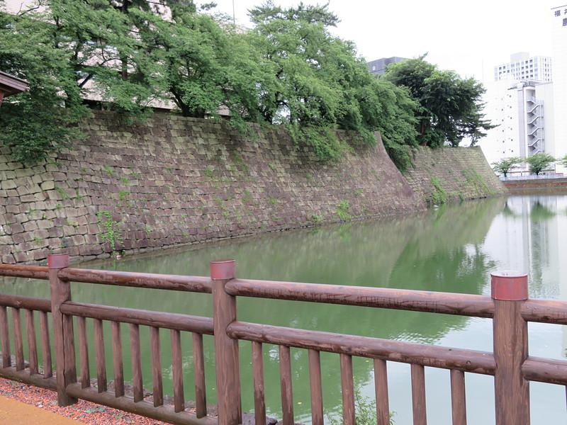 御廊下橋上から坤櫓石垣