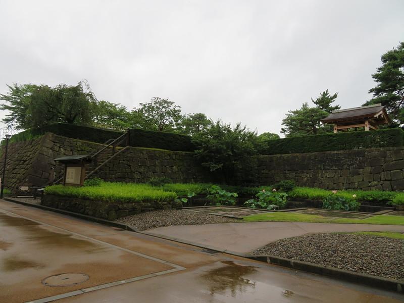 天守櫓下の小さな庭園