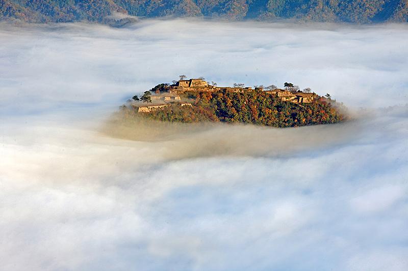 雲海に浮かぶ秋の竹田城[竹田城]
