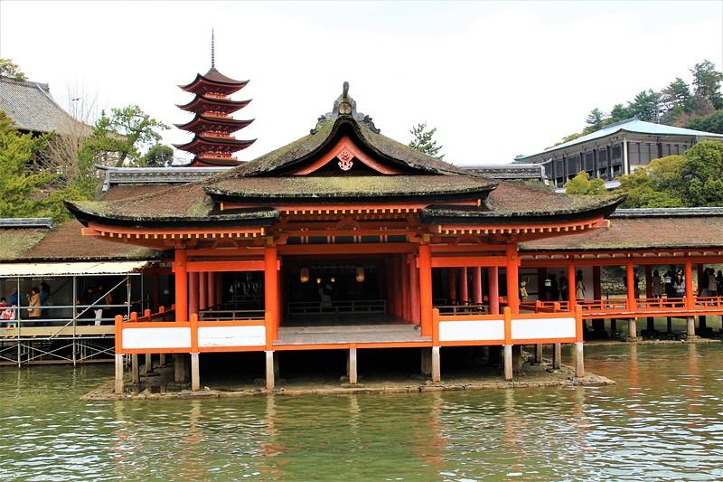 厳島神社客神社本殿(手前)と五重塔(奥)[宮尾城]
