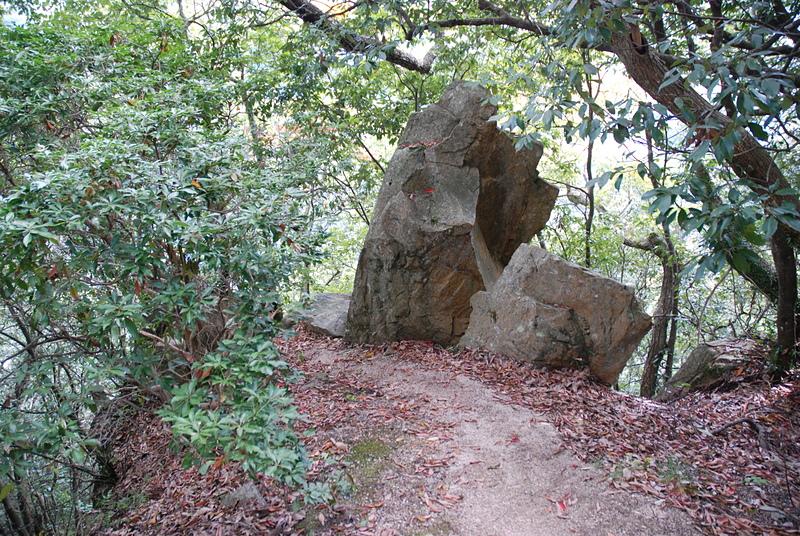 登城路の途中にある巨石