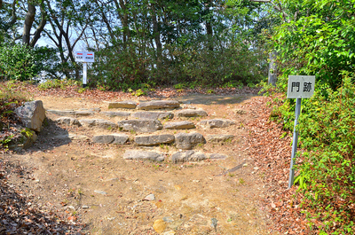 門跡の石段と石積み