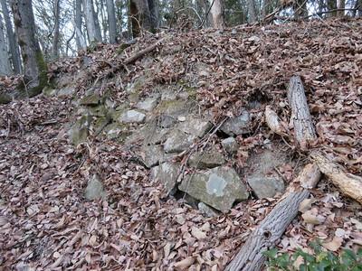 南曲輪下段と上段の間の切岸にある石積