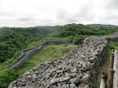 石垣越の志慶真門郭