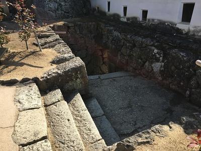 るの門(埋門)への石段