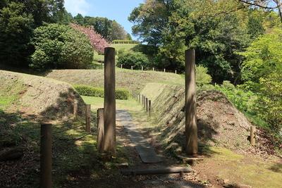 土塁に囲まれた通路と門