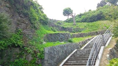 三の丸跡からの階段と石垣