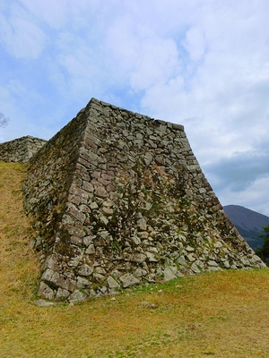 三の丸から見た人質櫓の石垣
