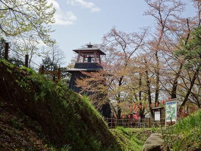 土塁と桜と鐘楼と
