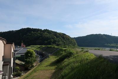 鳥羽山城方向、天竜川堤防を望む