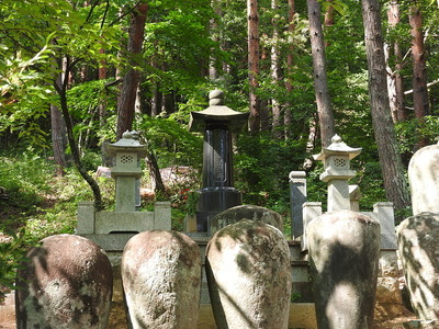 真田信綱の墓石