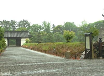 内堀を囲む土塁と桃山門