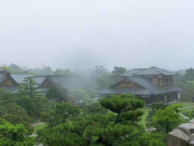 雨に煙る本丸御殿
