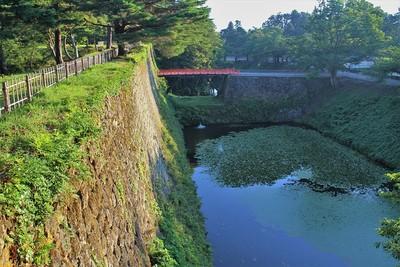 廊下橋(南側)と本丸石垣・内堀