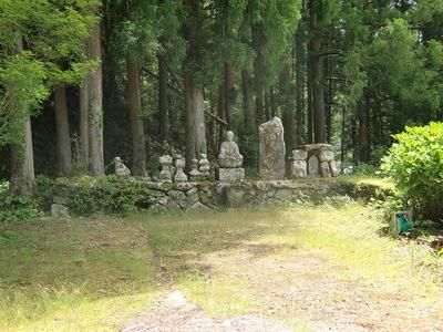 東泉寺跡の仏塔群