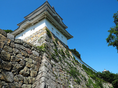 見上げる坤櫓と巽櫓