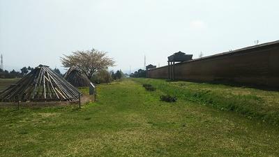 外郭南門内側より見る築地塀と櫓(東側)