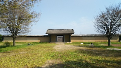 政庁南門と築地塀