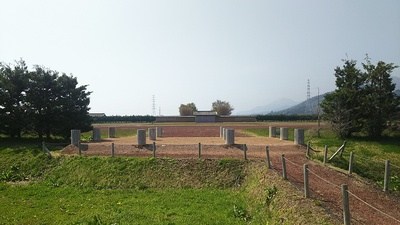 政庁北門跡を外側より見る