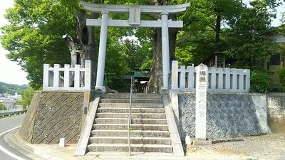 二の丸跡にある若宮八幡宮と県指定天然記念物の大ケヤキ