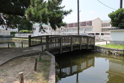 水堀に架かる南側の橋