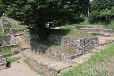 土塁石垣と日ノ池