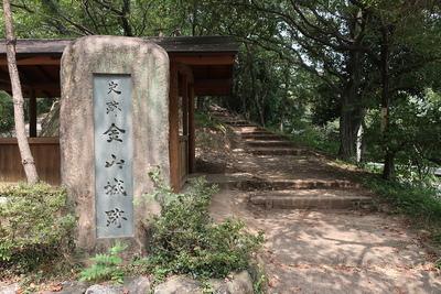 駐車場前の城跡碑