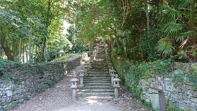 御霊屋への石段