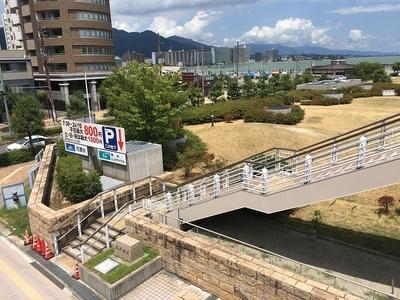 城址碑(左下)と琵琶湖(右奥)